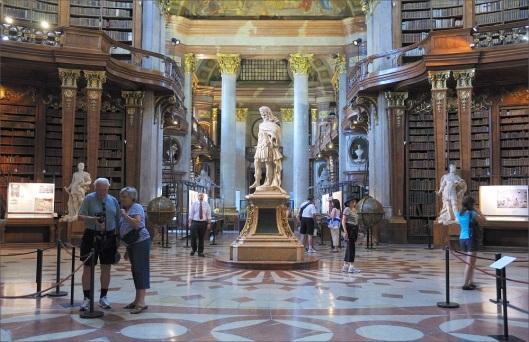 Afbeelding van de in 1722 door Johan Fischer von Erlach in 1722 ontworpen pronkzaal van de keizerlijke bibliotheek in Wenen  (nu deel uitmakend van de Oostenrijkse Nationale Bibliotheek); 80 meter lang en 20 meter hoog, ongeveer 200.000 boeken bevattende (foto Gerlinde Weninger)