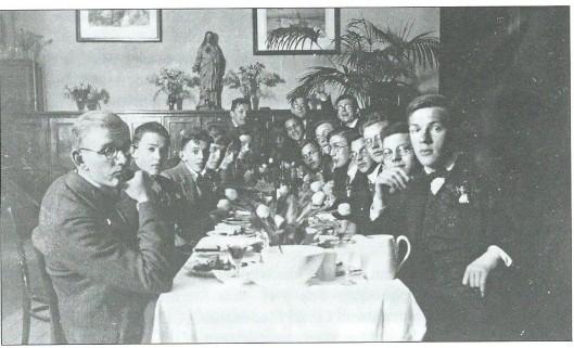 Ook dichter-schrijver Bertyus Aafjes (1914-1993) was, zij het kort in schooljaar 1933-1934 leerling van Hageveld, waar hij blijkens bewaarde brieven aan zijn moeder veelvuldig gebruik maakte van de rijke seminariebibliotheek. Op deze foto Laetare 1934 zien we Aafjes helemaal rechts,