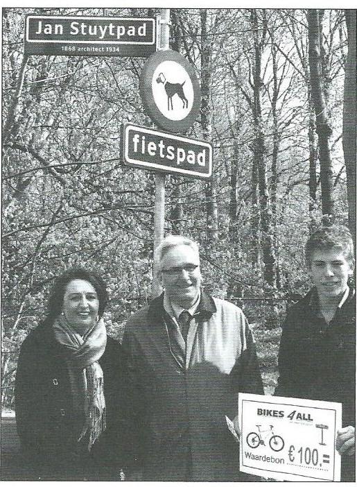 Opening van het Jan Stuytpad in april 2011 met van links naar rechts wethouder Christa Kuiper, een kleinzoon architect Stuyt en Frank Callagher, leerling van college Hageveld die de naam van het pad had bedacht (foto Kees Stokman).