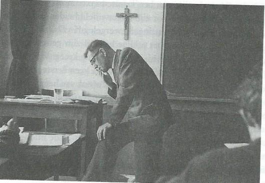 Foto van lekenleraar  Kees Fens op het Augustijner Triniteitslyceum in Haarlem waar hij van 1959 tot 1964 Nederlands onderwees.