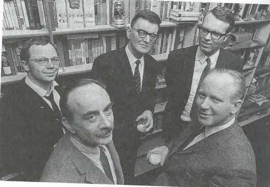 De makers van het satirische radioprogramma 'Cursief' Vooraan Herman van Run en Michel van der Plas. Daarachter Gerard Hulshof, Kees Fens en een onbekende. (foto uit biografie Fens door Wiel Kusters).