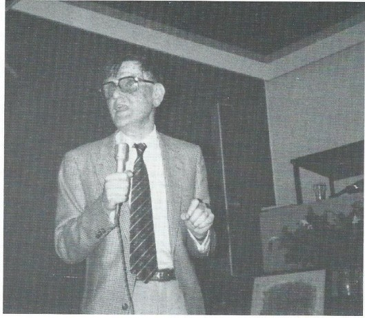 Kees Fens, legendarisch om zijn causerieën, hier op Keizersgracht 225 (Uit: Karakters, 1994)