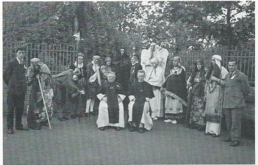 Bertus Aafjes speelde meer met Elckerlyc in zijn seminarietijd (tweede van links).