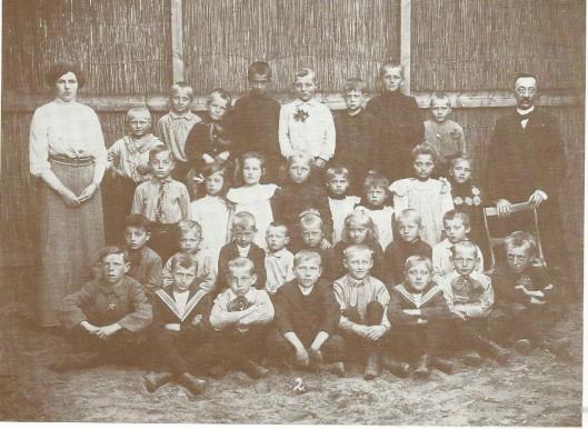 Foto uit de begintijd van de School met den Bijbel, gesticht in 1904. Met schoolhoofd D.J.van Es en 'juffrouw' H.A.van der Snel.