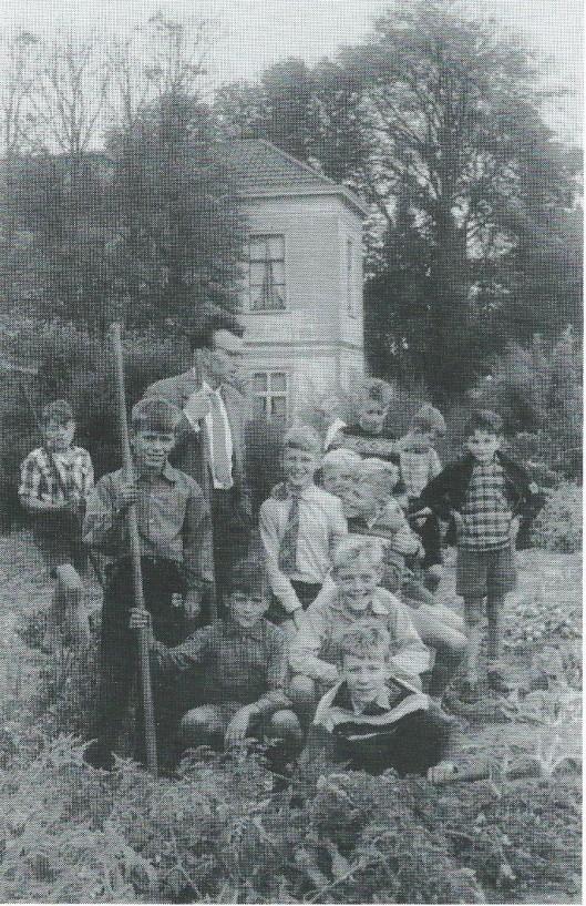 Foto uit 1956 van de schooltuinen aan de Herenweg waar nu de Geleerdenwijk (Meijerslaan) ligt. Hoofdmeester A.J.de Backker van de Aloysiusschool en de volgende personen zijn met naam bekend: Wim Teeuwen, Henny Plusjé, Jos Holdorp, Peter Wesseling, Henny Leelang, Adri Tol en ...Huls(e)bosch.