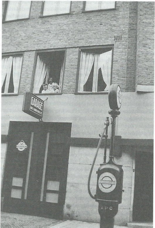 1936: Kees Fens, zijn moeder en zusje Tilly bij het open raam van het geboortehuis in de Van Speijkstraat 104 (foto uit biografie)