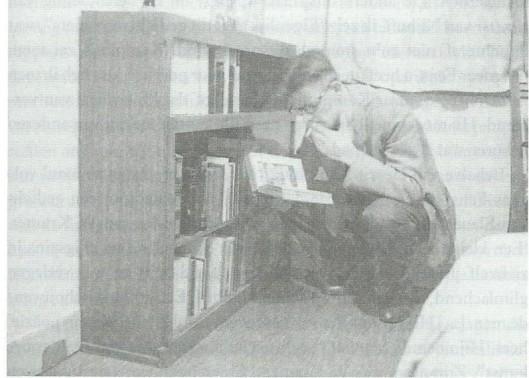 Kees Fens met boek en sigaret, september 1952 (foto uit biografie)