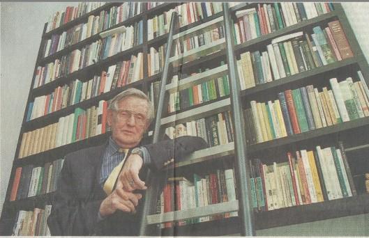 Kees Fens beschikte ook over een ladder voor boeken op de hogere planken. (foto George Verberne, Haarlems Dagblad 5 oktober 1999)