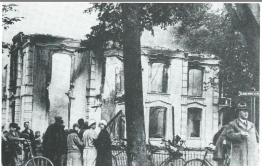 In 1931 is het grote huis 'Vredenhoef', bewoond door Willem Zweerts de Jong, op de hoek van de Bennebroekerlaan en Herenweg door brand verwoest