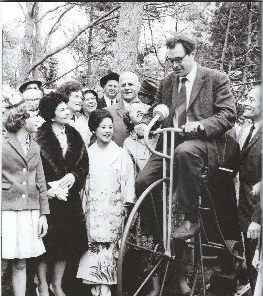 Godfried Bomans bij opening van speeltuin de Linnaeushof in Bennebroek, 1967