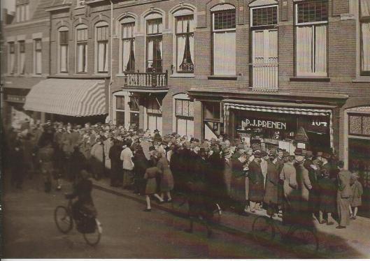 De ouders van Harry Prenen dreven een tabakszaak in de Generaal Cronjéstraat [deel dat nu Julianapark heet]. In mei 1942 ging tabak op de naam en stonden veel mensen in de rij van P.J.Prenen voor tabaksartikelen.