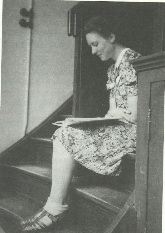 Marianne (Andriessen-) Canoy omstreeks 1945 als jonge assistente van antiquariaat Het Oude Boek in Nijmegen van H.L.Gumbert