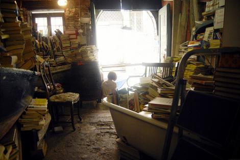 Vrouw met een gebrek aan boekenkasten