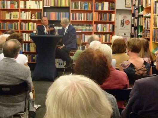Jeroen Vullings interviewt Wiel Kusters over de biografie van Kees Fens in de Kennemer Boekhandel, Haarlem, op 3 juli 2014.