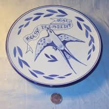 In 1904 vervaardigd porseleinen bordje in herinnering aan de stichting van de. r.k. landarbeidersbond Sint Deusdedit