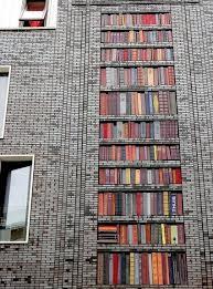 Gebouw in Amsterdam-West met keramische boeken