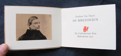 De Bibliomaen, een gedicht van Prudens van Duyse (1804-1859), stadsarchivaris van Gent. Herdruk door de bibliofiele Carbolineum Pers (Perkamentus)