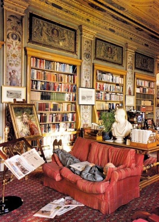 Christopher Simon Sykes. hertog van Devonshire, rustend in zijn bibliotheek in Chatworth