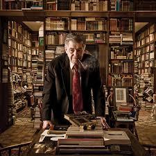 De gepensioneerde professor Richard Mackey in zijn boekerij (foto Bryan Burrin)