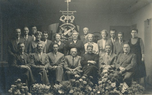 """In Hillegom is 12 april 1930b de r.k. gemengde toneelvereniging 'Kunst  na Arbeid' opgericht als onderafdeling van de r.k. landarbeidersbond St. Deus Dedit, bedoeld """"voor het gewone volk""""."""