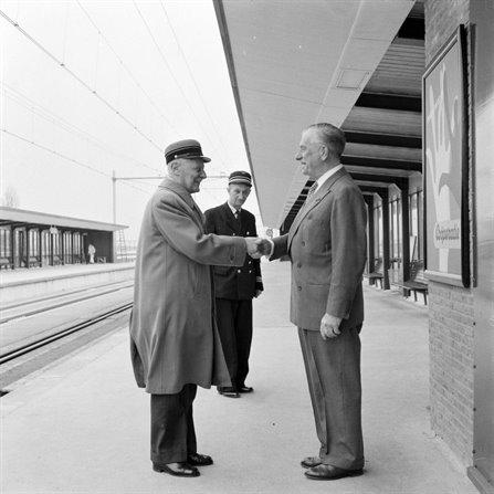 President-directeur dr.ir.F.Q.den Hollander (rechts) schudt de hand van ex-haltechef Heemstede-Aerdenhout, de heer W.C.Dijkgraaf. Stationschef J.P.Avegaart kijkt toe. (foto L.Hessels, 1958)