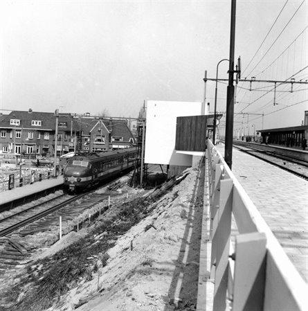 Het in aanbouw zijnde nieuwe station Heemstede-Aerdenhout met links nog laagspoor, 1954
