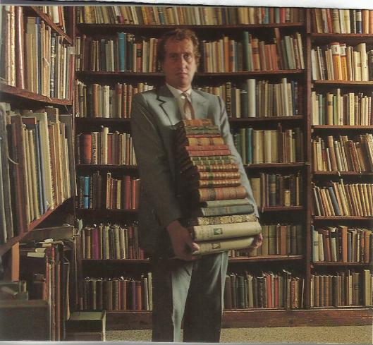 Gerrit Komrij in zijn bibliotheek te Portugal, na zijn overlijden geveild bij Bubb Kuyper