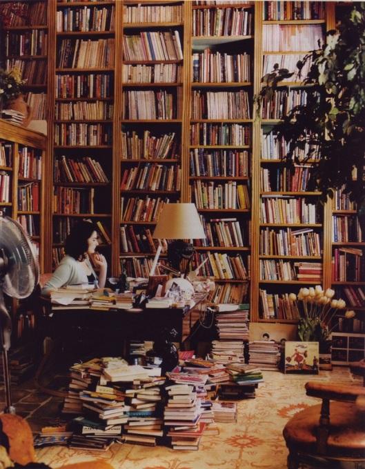 De Britse culinair schrijfster Nigella Lawson (geb. 1960) aan het werk