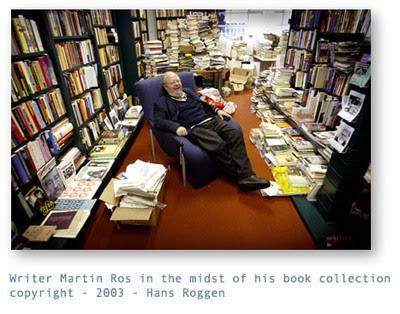 Uitgever en auteur Martin Ros in zijn bibliotheek, ten dele ook in een Hilversumse garage opgeslagen (foto Han Roggen, 2005)