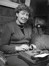 Portret van Mary Pos achter haar schrijfmachine door E.de Vries