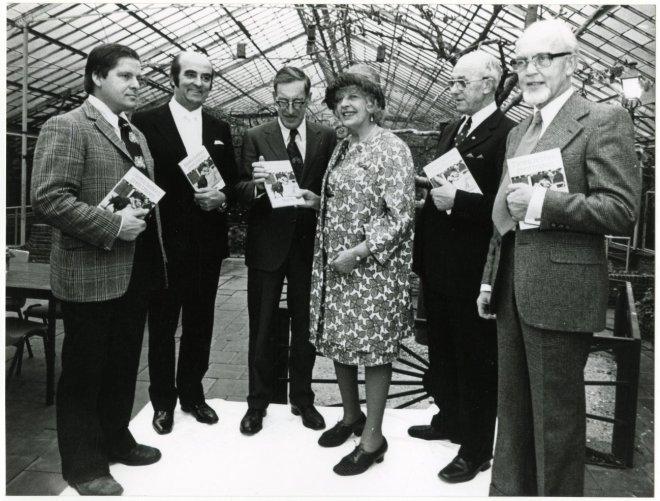 Schrijfster Mary Pos introduceert 2-11-1975 haar nieuwe boek 'Dieren hebben geen tranen' in het dierenpark Wassenaar. V.l.n.r. J.Louwman (directeur van het dierenpark), J.Aantjes (burgemeester van Bussum), Van Santen (Nederlandse Vereniging tot Bescherming van Dieren), Mary Pos, Van Zinderen bakker (oud-burgemeester van Koog-Zaandijk) en de heer Van Asperen (secretaris van Politie-Dierenbescherming)