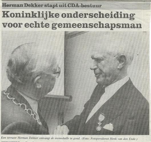 Uitreiking koninklijke onderscheiding aan Herman Dekker (Het Weekblad Heemstede, 26-11-1992)