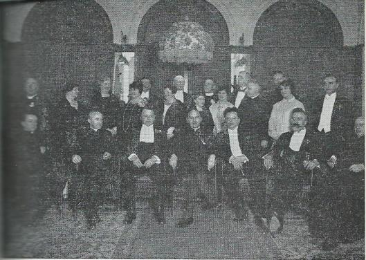 Borromaeus de Greeve O.F.M. bij zijn 25-jarig priesterfeest. Tweede van rechts staande mr.J.B.Bomans, voor hem professor P.J.M.Aalberse en links van Bomans pater Henri de Greeve van de Bond Zonder Naam.