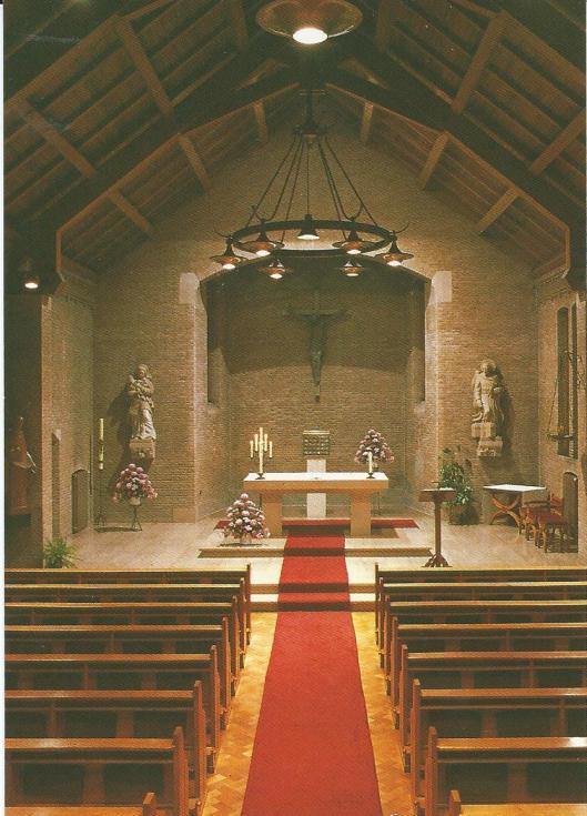 Kapel van Zusters Augustinessen, Mariënheuvel Heemstede. Rechts beeld van St.Jozef met aan de voet een afbeelding van het klooster, links Mariabeeld