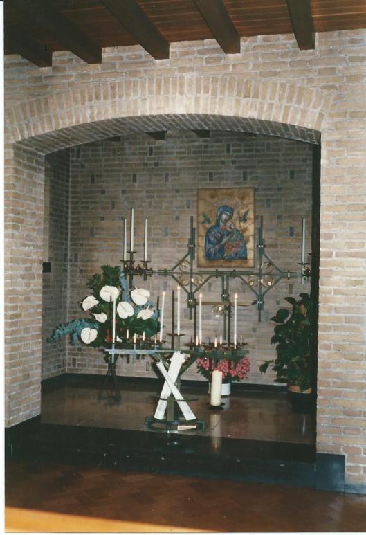 Nis in kapel van Zusters Augustinessen Mariënheuvel met voorstelling van Maria en het kind
