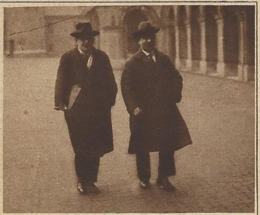 Twee Kamerleden voor de R.K.Staatspartij wandelend op het Binnenhof. Links A.B.Michielsen en naast hem A.J.Loerakker. Uit: Katholieke Illustratie van 1924.