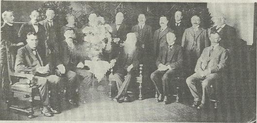 Bovenstaande foto van de raad van Schoten is om en nabij 11 okober 1923 gemaakt bij het afscheid van burgemeester F.F.Führop en werd in het Haarlems Dagblad gepubliceerd van 15 juni 1992 met verzoek om reacties.