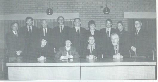 Gemeenteraad Bennebroek. Zittend v.l.n.r.: wethouder M.C.Kal-Telkamp (VVD), burgemeester mw.C.E.Dalhuizen-Polano, gemeentesecretaris R.Menke en wethouder E.W.H.Holterman (PvdA). Staand v.l.n.r.: J.H.Assies (VVD), D.J.Joustra (VVD), C.Warmenhoven (VVD), Th.N.Brogt (VVD), H.Alberts (CDA), mw.C.P.M.C.Verdonk-Breek (CDA), R.N.Schotanus (PvdA), mw.C.C.J.M.Weijers-van Vugt (CDA) en A.P.Koppert (D66).