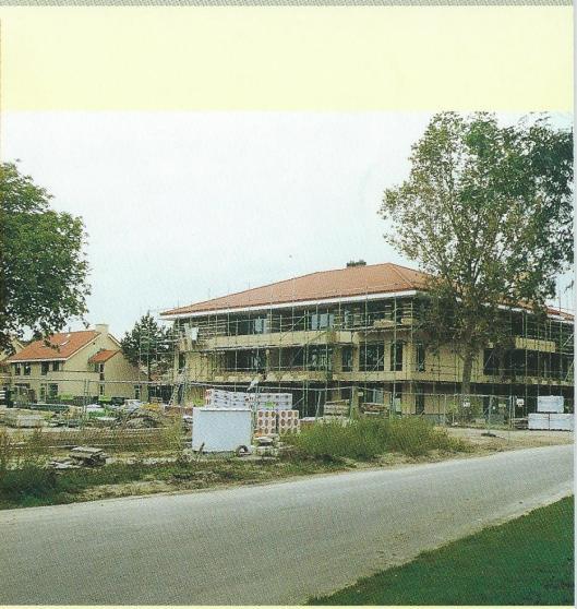 Bouw wijk Bloemveld. Voorzijde gemeentegids Bennebroek 2000