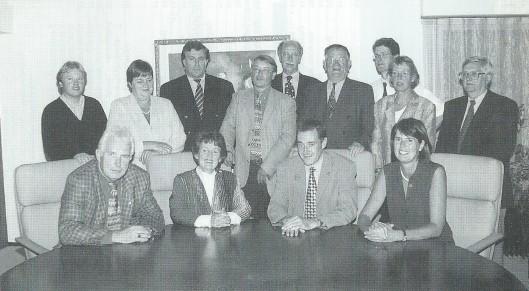 Gemeenteraad Bennebroek 2000. Zittend van links naar rechts: wethouder E.W.H.Holterman (PvdA), burgemeester mw. C.E.Dalhuizen-Polano, gemeentesecretaris J.D.de Kort en wethouder mw.M.C.Kal-Telkamp (VVD). Staand van links naar rechts: R.T.G.van der Veldt (CDA), mw.C.P.M.C.Verdonk-Breek (CDA), D.J.Joustra (VVD), R.N.Schotanus (PvdA), Th.M.Brogt (VVD), H.Alberts (CDA), A.J.Brentjes (VVD), mw. G.C.J.M.Weijers-van Vugt (CDA) en A.P.Koppert (D66).
