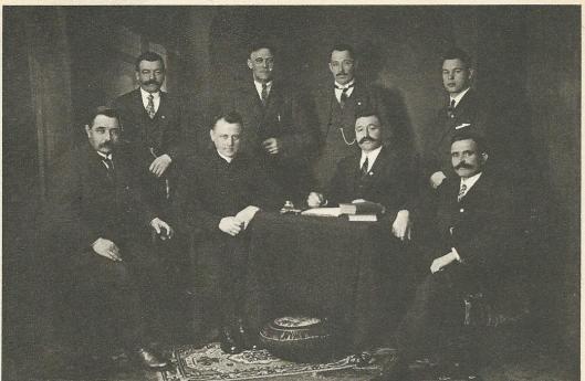 Het bestuur van de Nederlandse R.K. Landarbeidersbond in 1924. Van links naar rechts, zittend: B.N.Loerakker, rector en geestelijk adviseur J.P.J.Kok, voorzitter A.J.Loerakker, J.Salman. Staande v.l.n.r. G.J.van Unnik, J.Dekker, H.J.Kuiper, J.J.Loerakker.