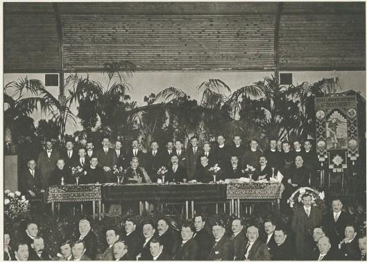 Viering van het 25-jarig bondsjubileum van Sint Deusdedit op Tweede Kerstdag 1928 in het Krelagehuis te Haarlem