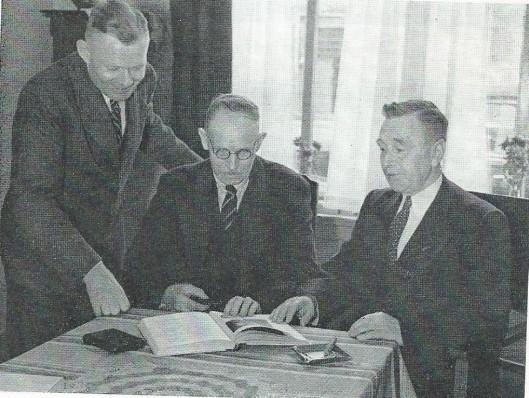 Toen in 1946 het gedenkboek van Deusdedit door A.J.Loerakker gereed was, stelde hij het op prijs een exemplaar ter hand te steen aan zijn voorganger Jeroen Steenvoorden. Tezamen met zijn opvolger als voorzitter C.J.van der Ploeg (links) gebeurde dat in de woning van Steenvoorden te Beverwijk.