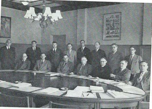 Het hoofdbestuur van de Nederlandse Katholieke Landarbeidersbond St.Deusdedit bijeen in Haarlem na 1950. Zittend van links naar rechts: H.Bosman, L.Elferink, J.J.M.Sens, C.J.van der Ploeg, pastoor Th.G.Hendriksen, A.A.Pannebakker, J.J.Loerakker. Staande v.l.n.r.: J.Peelen, J.Hubbers, C.P.van Gageldonk, Th.C.Meester, A.Joosen, L.Machielse, A.P.C.Gulicx en C.Nefs