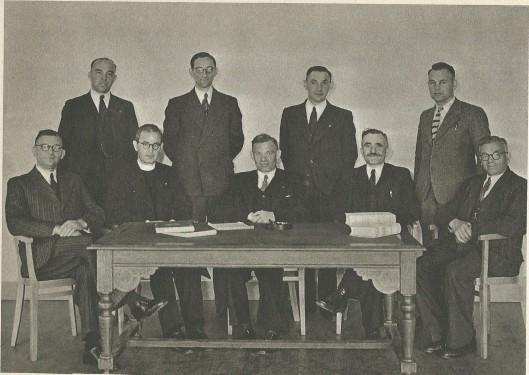 Het nieuwe landelijk bestuur van Sin Deusdedit na de Bevrijding. Van links naar rechts zittend: M.Nagtzaam, prof. Cleophas, C.van der Ploeg (voorzitter), J.Salman en G.van Unnik. Staand v.l.n.r.: L.Magielse, J.Sens, A.Pannebakker en J.Loerakker [zoon van A.J.Loerakker].