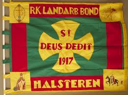 Vaandel van de lokale afdelingen Halseren en Nieuw Borgvliet van Sint Deus Dedit. De vlag van de afdeling Hillegom wordt bewaard bij het Internationaal Instituut voor Sociale Geschiedenis. Van de afdeling Heemstede is voor zover bekend het vaandel niet bewaard gebleven.