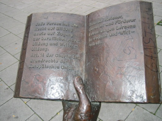 Detail bronzen boek van sculptuur ter ere van Schuman