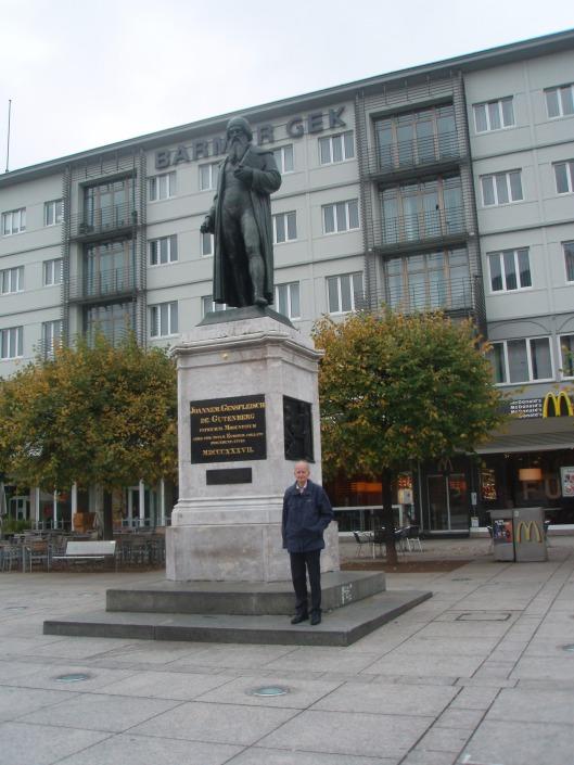 Hans Krol bij standbeeld van de Heilige Bonifatius in Frankfurt