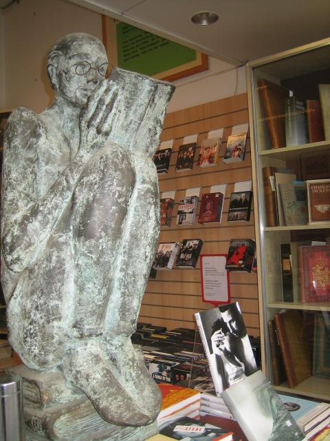 Beeld van een lezer bij boekhandel De Slegte aan de Wapper in Antwerpen