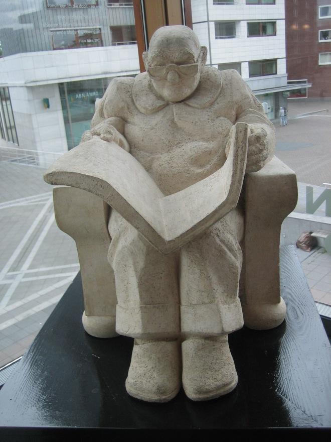 Een lezersbeeld; door Charlotte van Stratum, 977, in Centre Céramique, leeszaal stadsbibliotheek Maastricht.